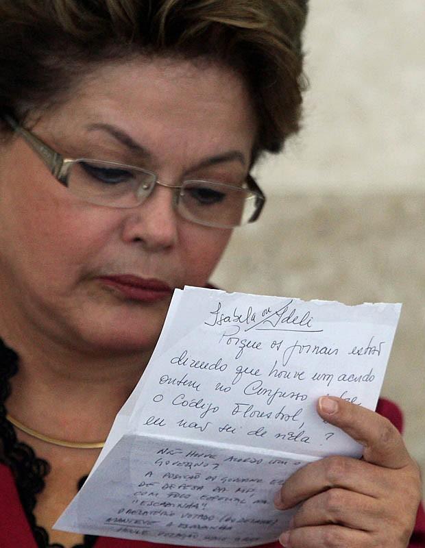Dilma lê bilhete durante cerimônia no Palácio do Planalto (Foto: Beto Barata/AE)