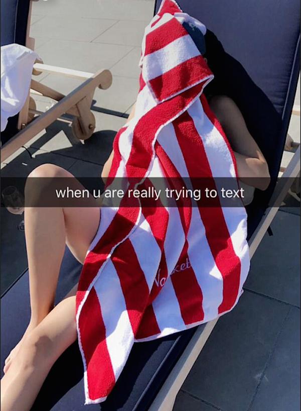 Kourtney Kardashian se protegendo do sol com uma toalha durante as férias  (Foto: Snapchat)