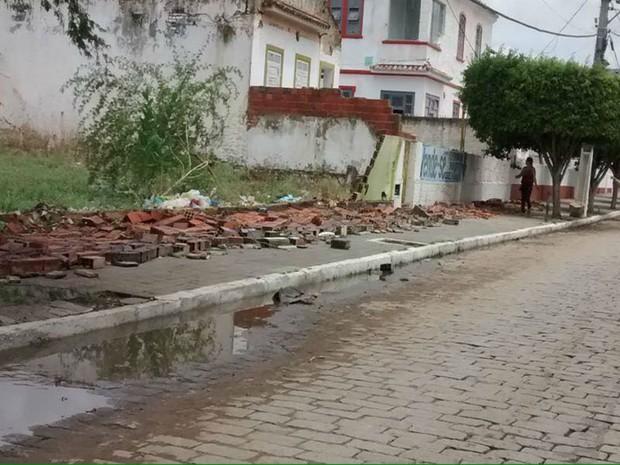 Ruas ficaram alagadas e muros também desabaram em alguns pontos do município (Foto: Arildo Leone de Sousa)