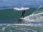 Daniele Suzuki surfa na praia da Macumba, no Rio