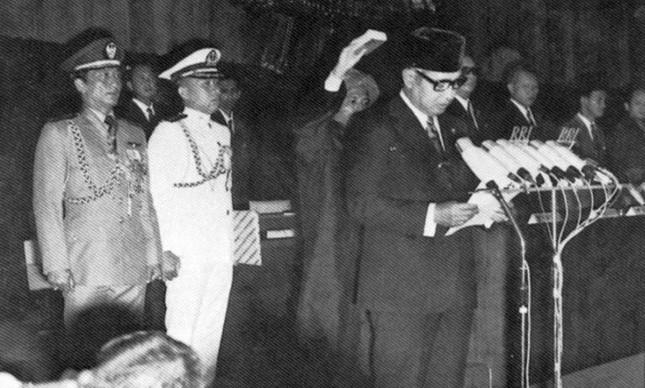 Hadji Mohamed Suharto, cerimônia de posse na presidência da Indonésia, março 1968 (Foto: Wikipedia)