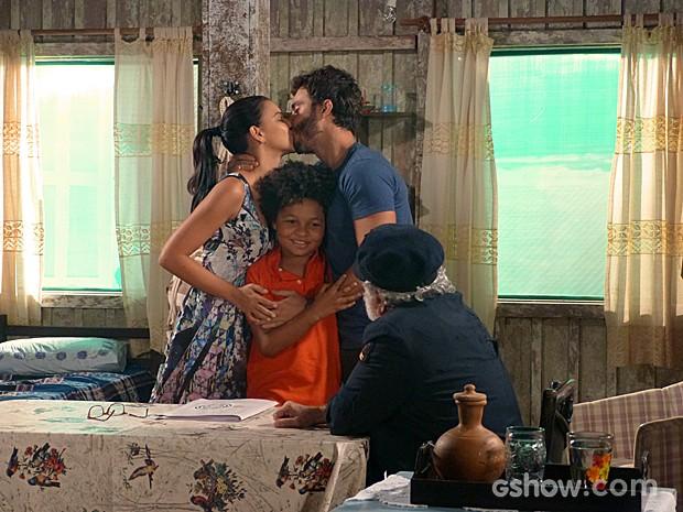 Nilson com seus novos pais: William e Celina (Foto: Além do Horizonte/TV Globo)
