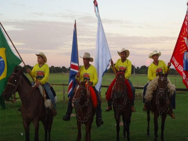 Cavaleiros na entrega das bandeiras aos moradores do Distrito de São Pedro de Joselândia. (Foto: Adriano Soares)