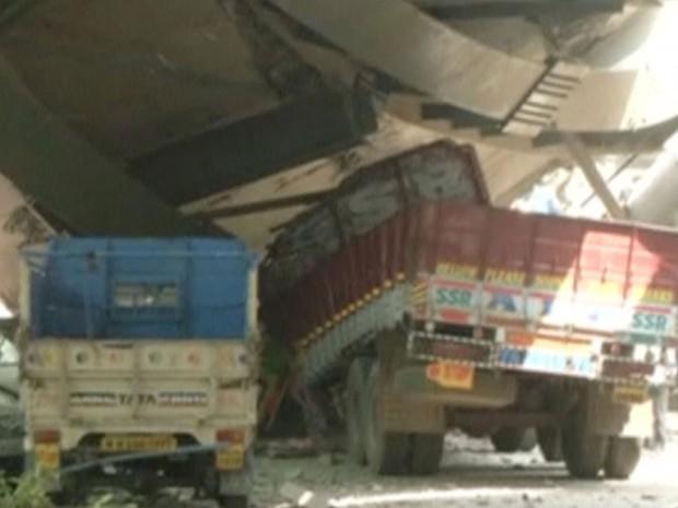 Caminhões ficaram presos após colapso de ponte em Calcutá, na Índia, na manhã desta quinta-feira (31) (Foto: ANI via Reuters )