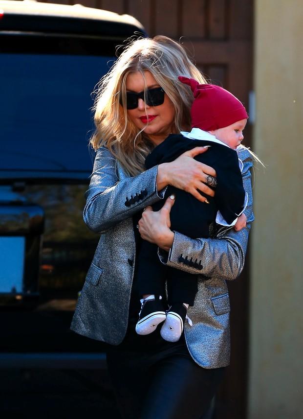 X17 - Fergie com o filho, Axl, na cidade de Pomona, na Califórnia, nos Estados Unidos (Foto: X17online/ Agência)