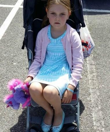Miss M., de 5 anos, no carrinho (Foto: Reprodução/ Migthy)