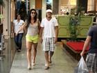 De shortinho flúor, Gracyanne passeia com Belo em shopping