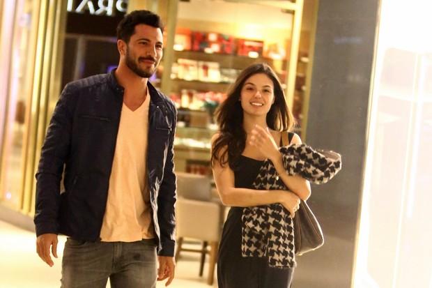 Isis Valverde vai ao shopping com o ator Uriel del Toro (Foto: Marcello Sá Barretto/Ag News)