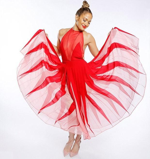 Jennifer Lopez com o vestido vermelho da Valentino (Foto: Reprodução )