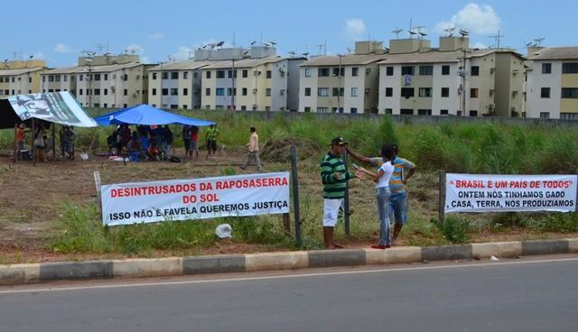 Com faixas no local, grupo cobra atenção do governo (Foto: Jackson Félix/G1 RR)