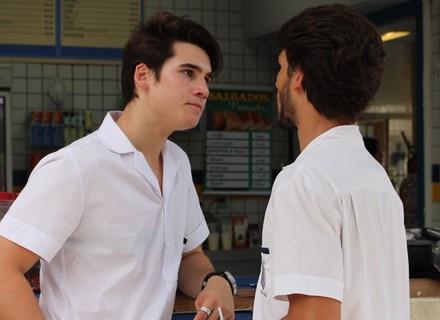 Rodrigo proíbe Roger de sair com Lívia