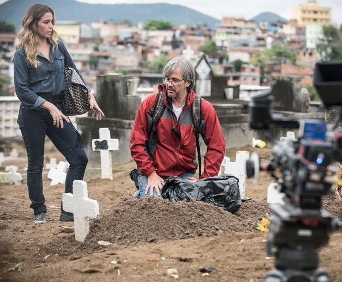 Giovanna segue as instruções do diretor Paulo Silvestrini (Foto: Raphael Dias / Gshow)