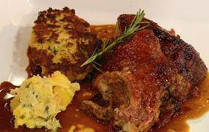 Pato assado com nhoque de pão e repolho: serviettenkloss do Claude