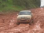 Vídeo mostra carros 'patinando' em estrada com lama no Amapá