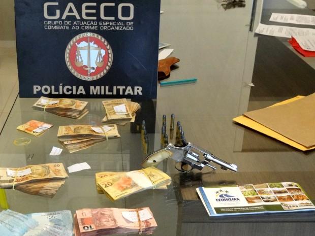 Dinheiro, documentos e arma foram apreendidos na operação. (Foto: Divulgação/Gaeco)