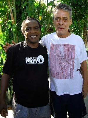 Chico Buarque e Mombaça - cantores gravaram trecho de clipe contra racismo no futebol (Foto: Carlos Júnior)