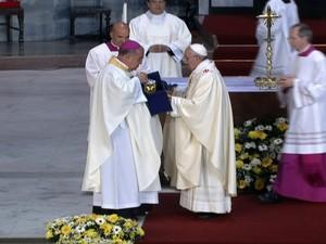 Francisco presenteia Dom Orani Tempesta com um cálice na missa na Catedral Metropolitana do Rio de Janeiro (Foto: globo news)