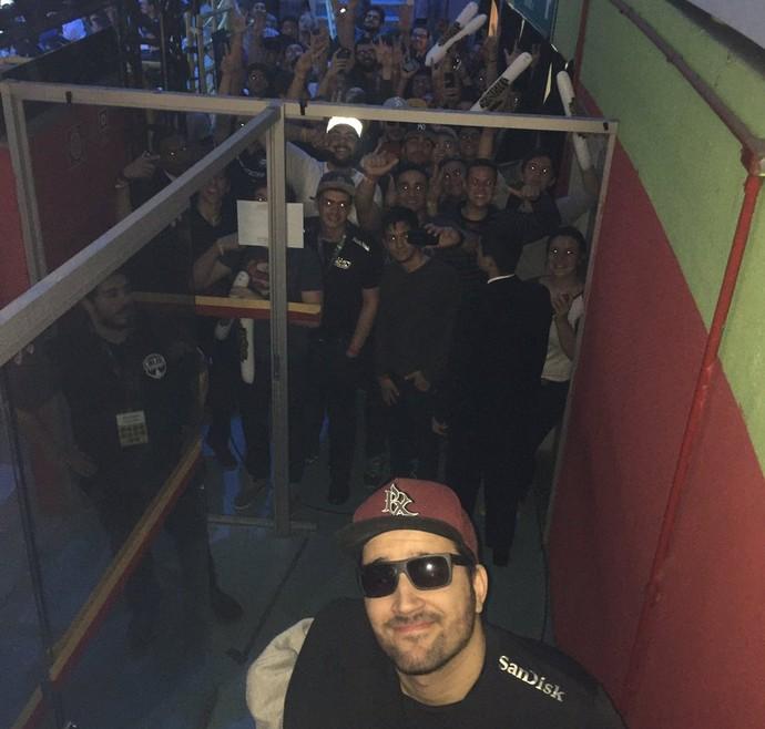"""Felipe """"BrTT"""" causou alvoroço ao atender fãs (Foto: Reprodução / Internet)"""