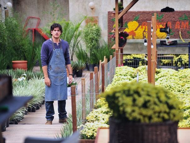 Marco Pigossi grava em floricultura criada especialmente para a novela Sangue Bom (Foto: TV Globo / João Miguel Júnior)