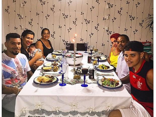 Naldo com Ellen Cardoso e os filhos Maria Victoria e Pablo: jantar em família (Foto: Instagram/ Reprodução)