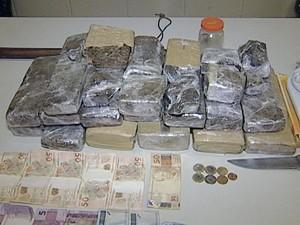 suspeitos tráfico de drogas Uberaba polícia militar maconha (Foto: Reprodução/ TV Integração)