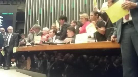 VÍDEO: governistas e oposição entram em confronto na Câmara