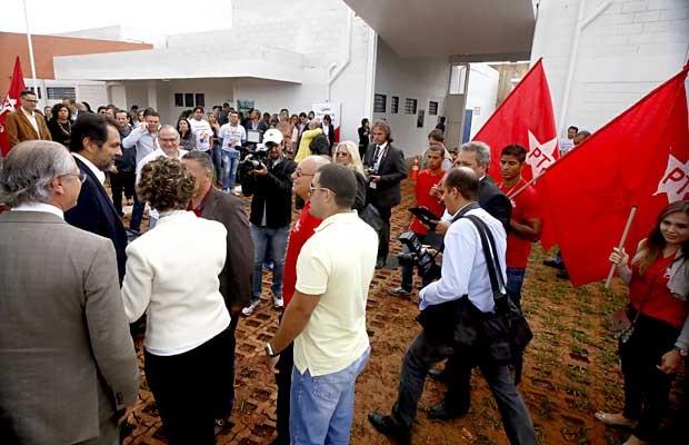 Militantes com bandeiras do PT durante inauguração de novo centro de internação de menores infratores, que contou com a presença do governador Agnelo (Foto: Valter Zica/VC no G1)