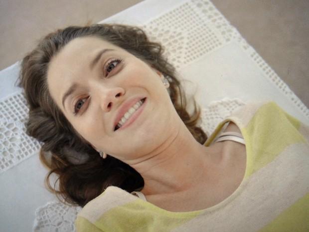 Laura sorri ao ser curada (Foto: TV Globo)