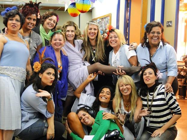 Maitê posa com as maquiadores e cabeleireiras vestidas de raparigas (Foto: Gabriela / TV Globo)