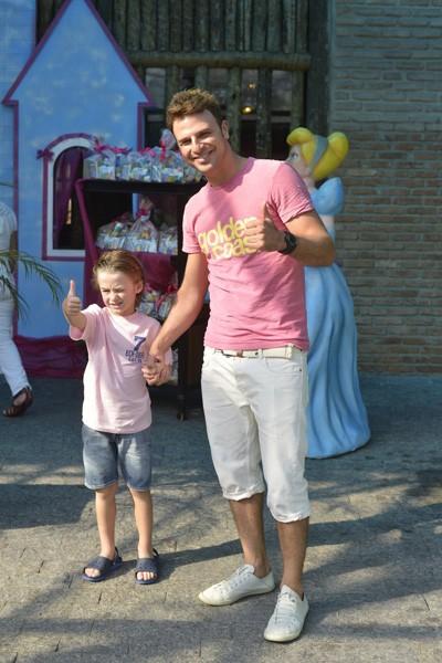 Cássio Reis e Noah chegam para a festa das filhas de Glória Maria (Foto: André Muzell e Fábio Martins / AgNews)