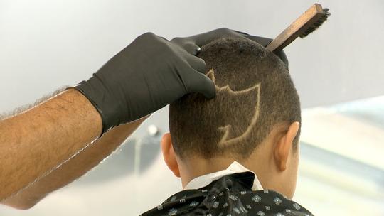Cortes de cabelo personalizados fazem sucesso nas comunidades