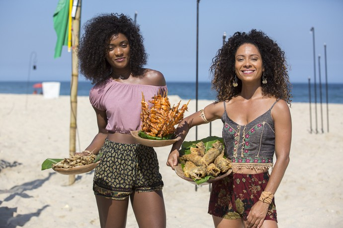 Erika Januza e Cinara Leal posam em dia de filmagens na praia (Foto: Ellen Soares/Gshow)