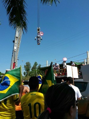 Manifestantes 'enforcaram' boneco da presidente Dilma Roussef (Foto: Bruno Axelson/TV Morena)