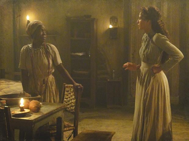 Isabel conta para tia Jurema armadilha de Albertinho na igreja (Foto: Lado a Lado / TV Globo)