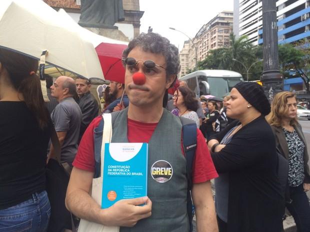 Manifestante protesta contra pacote de austeridade do governo do Rio (Foto: Patrícia Teixeira/G1)