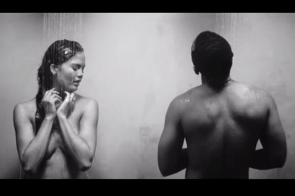 John Legend tirou a roupa, mas não sozinho! No clipe de 'All Of Me', ele e sua esposa Chrissy Teigen aparecem nus (Foto: Reprodução)