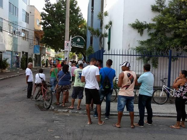 Fila chega a virar o quarteirão (Foto: Paulo Henrique Cardoso/G1)