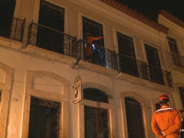 Incêndio consumiu sete cômodos em três pavimentos da pousada no Centro Histórico de São Luís (Foto: Reprodução/TV Mirante)