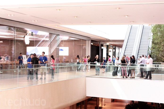 Fila na porta da Apple Store do Village Mall (Foto: Allan Melo / TechTudo)