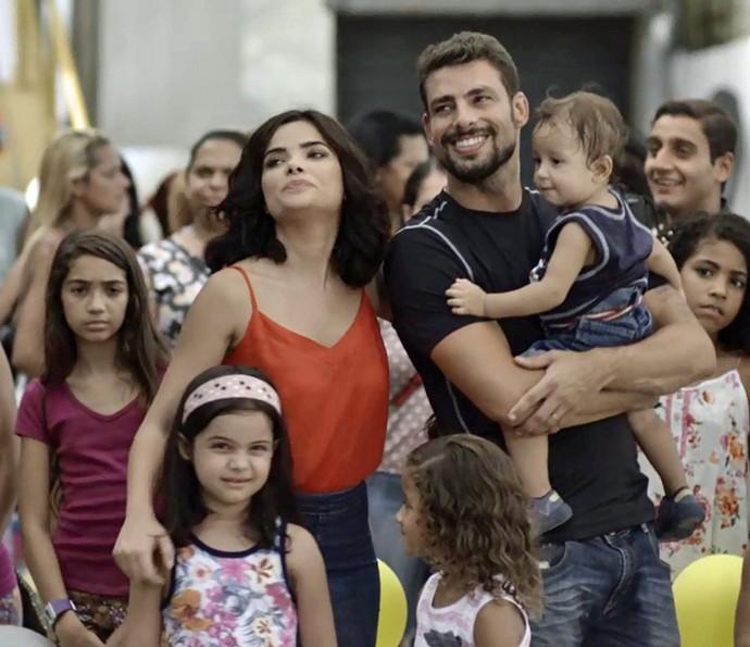 Tóia e Juliano felizes com os filhos (Foto: Globo)