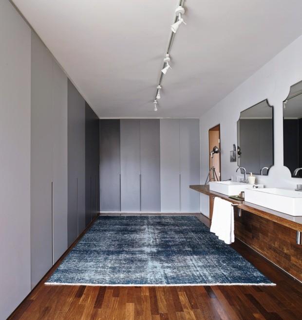 No ambiente entre o quarto e o banheiro, onde ficam o closet e uma bancada de 5m com duas cubas, a arquiteta Daniela Ruiz instalou espelhos amplos de 80 x 70 cm (Foto: Victor Affaro / Editora Globo)