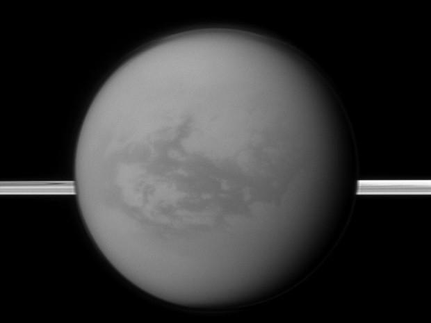 Imagem cedida pela Nasa mostra Titan ao centro e os anéis de Saturno. (Foto: AP)