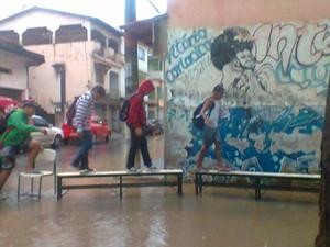 Leitora do G1, que preferiu não se identificar, registrou alunos improvisando entrada da Escola Municipal de Porto de Santa, em Caricica. (Foto:  VC no G1)