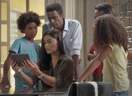 Carolina vê Eliza, Arthur e Jojô como uma família e fica arrasada
