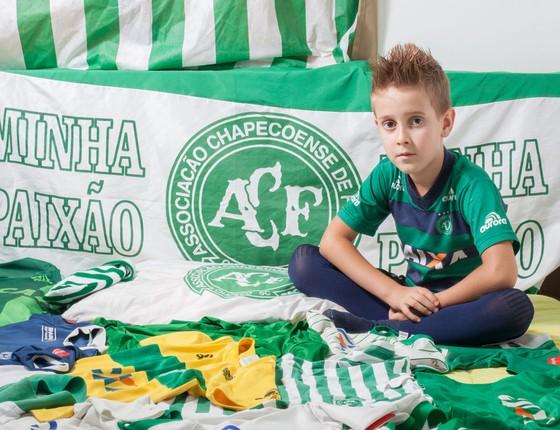 Enzo Narciso,de sete anos,torcedor fanático da Chape. (Foto: Rogério Cassimiro/ÉPOCA)