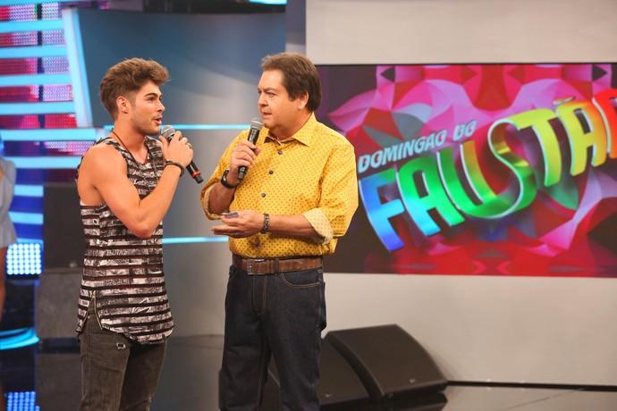 Em conversa com Faustão, o cantor relembrou início da carreira (Foto: Carol Caminha/Gshow)