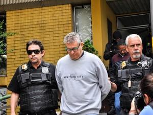 Presos na operação Java Jato chegam para realizar exames de corpo de delito no IML em Curitiba (PR). De cinza: Nelson Martins; logo atrás: Roberto Gonçalves (Foto: Suellen Lima/FrameFoto/Estadão Conteúdo)