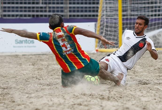 Rafinha, do Vasco, disputa bola com Eudim, um dos destaques do Sampaio Corrêa futebol de areia (Foto: Marcello Zambrana)