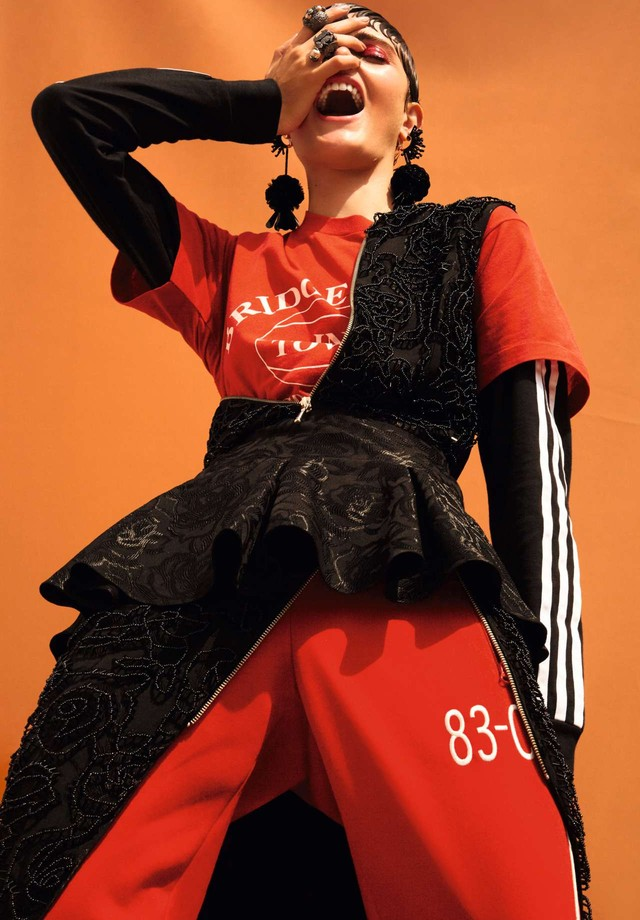 Vestido, PatBo para Experimento Nohda; sobre camiseta, R$ 190, FM.86; moletom, R$ 249, e calça, R$ 299, ambos Adidas Originals. Brincos, R$ 404, A Figurinista; anéis, a partir de R$ 494, ambos Camila Klein. (Foto: Rafael Pavarotti)
