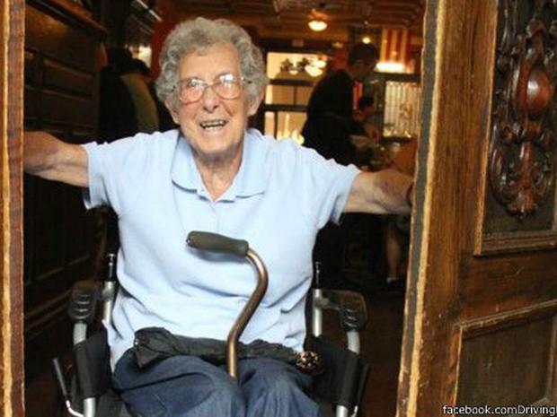 Mesmo em uma cadeira de rodas, Norma não se abate: 'Estou muito bem'  (Foto: Facebook/DrivingMissNorma)